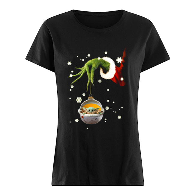Grinch hand holding Baby Yoda christmas Classic Women's T-shirt