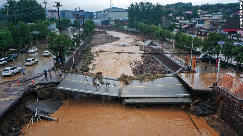 Death toll rises as passengers recount horror of China subway floods